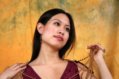 Asiatische Mädchen- und Goldkette Stockfotos