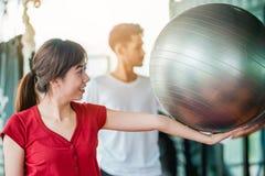 Asiatische Mädchen- und Mannübungen mit einer Eignung Stockbild