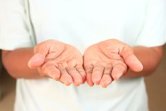 Asiatische Mädchenhand ist sehr Hände des erfahrenen Arbeiters zwei lizenzfreie stockfotos