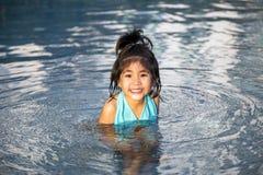Asiatische Mädchenliebesschwimmen stockfotografie
