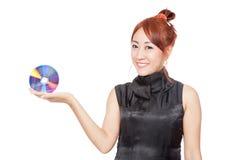 Asiatische Mädchenshow eine Diskette auf ihrer Hand Stockfoto