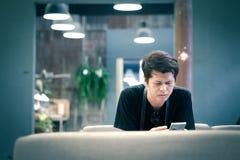 Asiatische Männer benutzen intelligente Mobiltelefone stockfoto