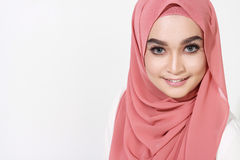 Asiatische malaysische Frau, die mit moslemischer Kleidung aufwirft Stockfotos