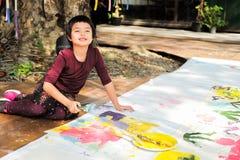 Asiatische Malerei und Zeichnung des kleinen Mädchens des Porträts auf dem Papier lizenzfreie stockfotografie
