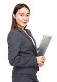 Asiatische Mischgeschäftsfrau mit Laptop-Computer Lizenzfreies Stockfoto