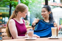 Asiatische moderne junge Frau, die ihrem besten Freund ein neues t zeigt Stockfoto