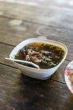 Asiatische Morgen-Mahlzeit, Schweinefleisch-Suppe bei Umphang in Tak Province in nordwestlichem Thailand Stockfoto