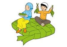 Asiatische moslemische Kleinkinder mit großem ketupat stockbilder