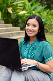 Asiatische moslemische Studentin der Porträtjunge recht mit Laptop und Lächeln stockbild