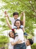 Asiatische Mutter mit ihrer Tochter und Sohn Lizenzfreies Stockfoto