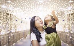 Asiatische Mutter- und daugtherfreude in der hellen Dekoration nachts lizenzfreies stockbild