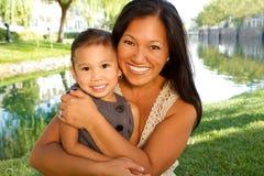Asiatische Mutter und ihr Kind Lizenzfreies Stockfoto