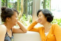 Asiatische Mutter- und Tochternähe Stockfotografie