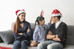 Asiatische Mutter und Vater der Familie mit der Tochter glücklich zusammen und empfindlich im Wohnzimmer zu Hause im Weihnachten lizenzfreie stockfotos