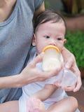 Asiatische Muttersaugflasche ihr Baby Lizenzfreies Stockbild