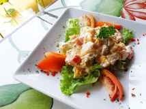 Asiatische Nahrung, Mangofrucht u. Geflügelsalat Stockbild