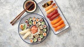Asiatische Nahrungsmittelzusammenstellung Verschiedene Sushirollen gesetzt auf keramische Platten stock video