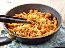 Asiatische Nudeln mit gebratenem Fleisch auf dem Kochen der Wanne Stockfotos