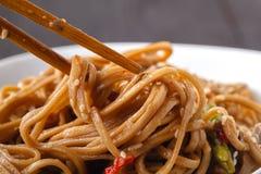 Asiatische Nudeln Yakisoba mit Rindfleisch- und Austernpilzen in der Schüssel lizenzfreies stockbild
