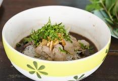 Asiatische Nudelsuppe mit Schweinefleischfleischklöschen mit Frischgemüse auf hölzerner Tabellenweinleseart Lizenzfreies Stockfoto