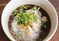 Asiatische Nudelsuppe mit Schweinefleischfleischklöschen mit Frischgemüse auf hölzerner Tabellenweinleseart stockfoto