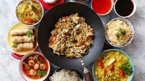 Asiatische orientalische Lebensmittelzusammensetzung im bunten Dishware stock video footage