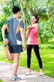 Asiatische Paare, die Eignungssporttraining im Freien haben Stockbilder