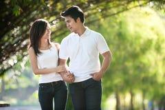 Asiatische Paare, die in einen Park gehen Stockfotos