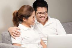 Asiatische Paare, die fernsehen stockbilder