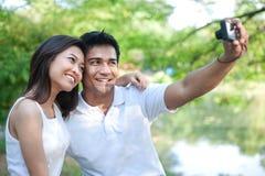 Asiatische Paare, die Fotos nehmen Stockfotos