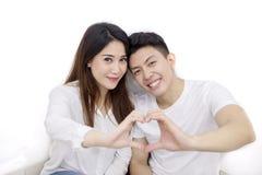 Asiatische Paare, die Herzsymbol mit ihren Händen machen lizenzfreie stockfotografie