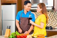 Asiatische Paare, die Lebensmittel in der inländischen Küche zubereiten Lizenzfreies Stockfoto