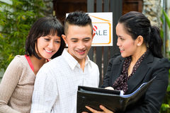 Asiatische Paare, die nach Immobilien suchen Stockbild