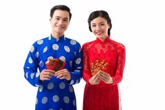 Asiatische Paare, die Tet feiern lizenzfreies stockbild