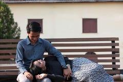Asiatische Paare im Freien auf Stuhl Stockfotografie