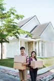 Asiatische Paare mit Pappschachtel im Haus lizenzfreie stockfotografie