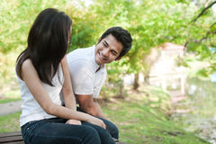 Asiatische Paare nahe bei einem See Stockbilder