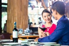 Asiatische Paare verurteilen das Speisen im Restaurant Stockbild