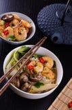 Asiatische Ramen mit den Garnelen, Pilz und bok choy Lizenzfreie Stockbilder