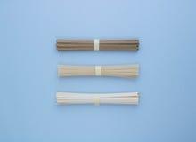 Asiatische Reisnudeln, Udon und soba auf einem hellen blauen Hintergrund Stockfotos