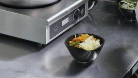 Asiatische Restaurantküche, Chef, der Lebensmittel, jungen Mann als Berufskochfunktion kocht Stockbild