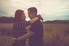 Asiatische, romantische Paare oder Homosexualität, weibliche Liebesumarmung auf dem Reisfeld mit Sonnenuntergang lizenzfreies stockfoto
