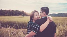 Asiatische, romantische Paare oder Homosexualität, weibliche Liebesumarmung auf dem Reisfeld mit Sonnenuntergang, Valentinstag stockfotos