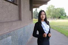 Asiatische schöne junge Geschäftsfrau, Student, der für Kamera aufwirft, stockbild