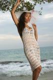 Asiatische Schönheit auf sonnigem Strand Stockbilder