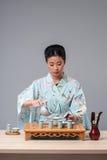 Asiatische Schönheit, die zur Teezeremonie fertig wird Lizenzfreie Stockfotos