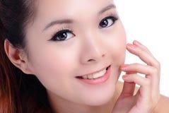 Asiatische Schönheit Hautsorgfalt Frau, die ihr Gesicht berührt stockfoto