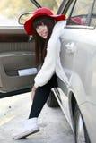 Asiatische Schönheit im Auto Stockfotografie