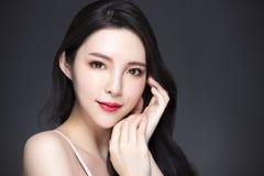 Asiatische Schönheit mit Make-up und dem langen Haar lizenzfreie stockfotografie
