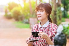 Asiatische Schönheiten mit heißem Getränk morgens lizenzfreie stockfotos